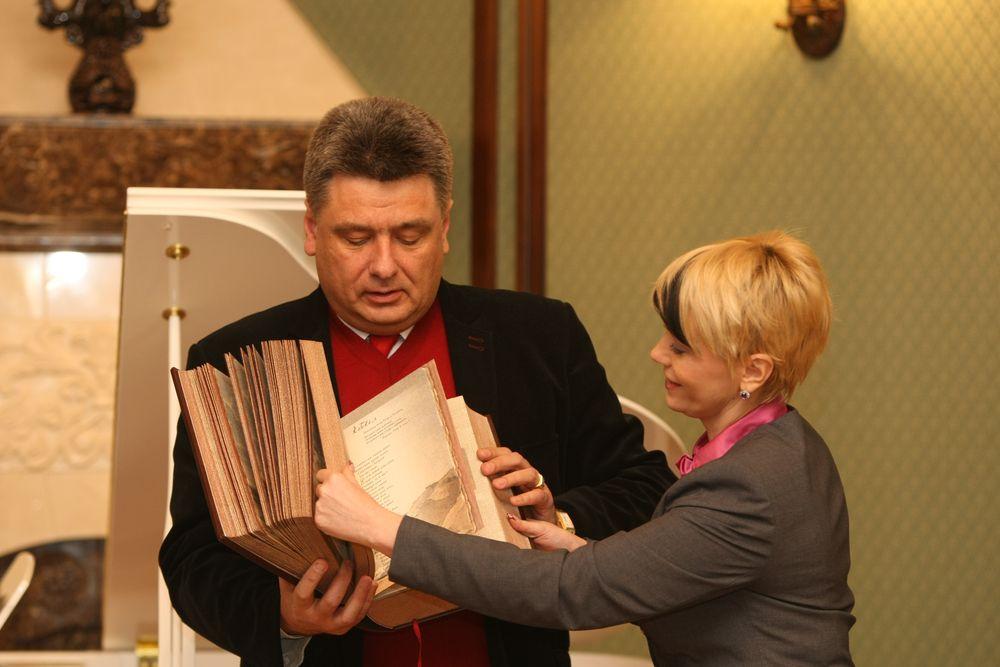 Наше Издательство в лице Юрия и Елены Корбуш презентовало новое издание - эксклюзивный подарочный «Кобзарь».